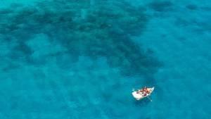 klein bootje in de zee