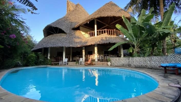 Villa met strooien dak en zwembad