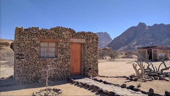 stenen hutje in de woestijn