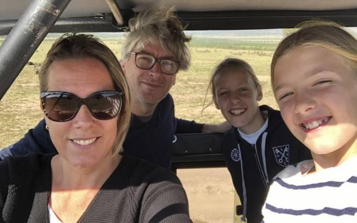 Groepsfoto familie in jeep