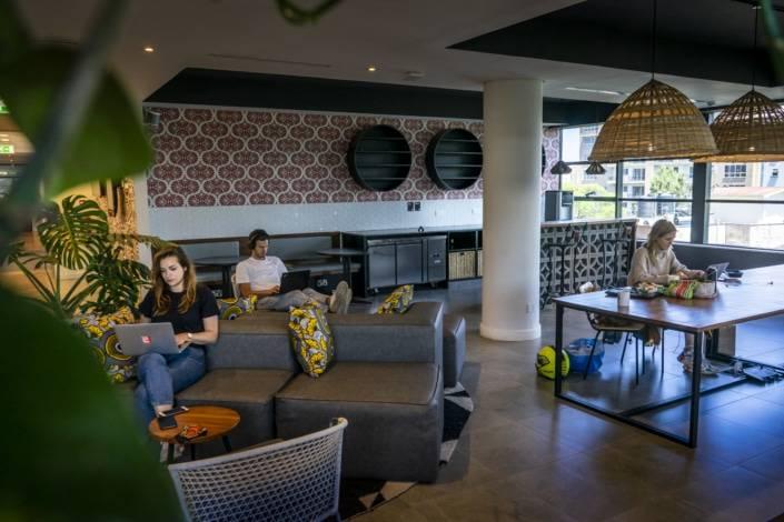 Co-workingplaats met kussens en kleurtjes