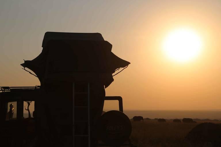 Daktent met een grote zon op de achtergrond in Namibië