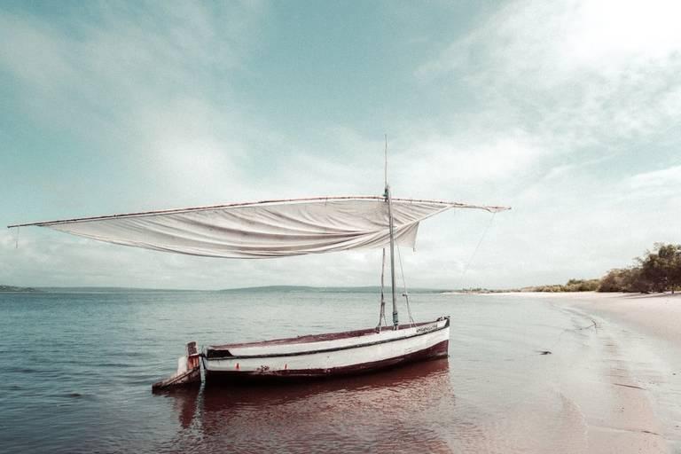 Dhow op zee die bijna op het strand aanmeert
