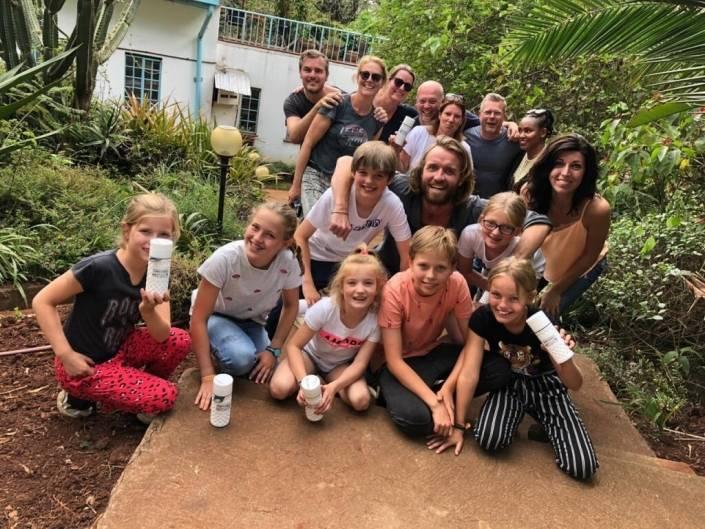 Gezinsfoto met Charlie in het midden voor de Jungle Villa