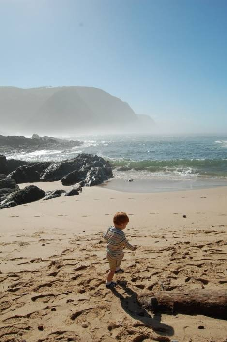 Peuter wandelt op het strand
