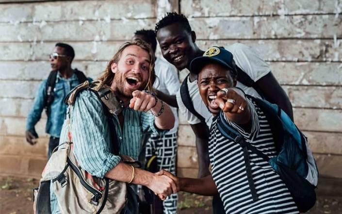 Charles geeft de jongens van de Nai Nami tour een hand